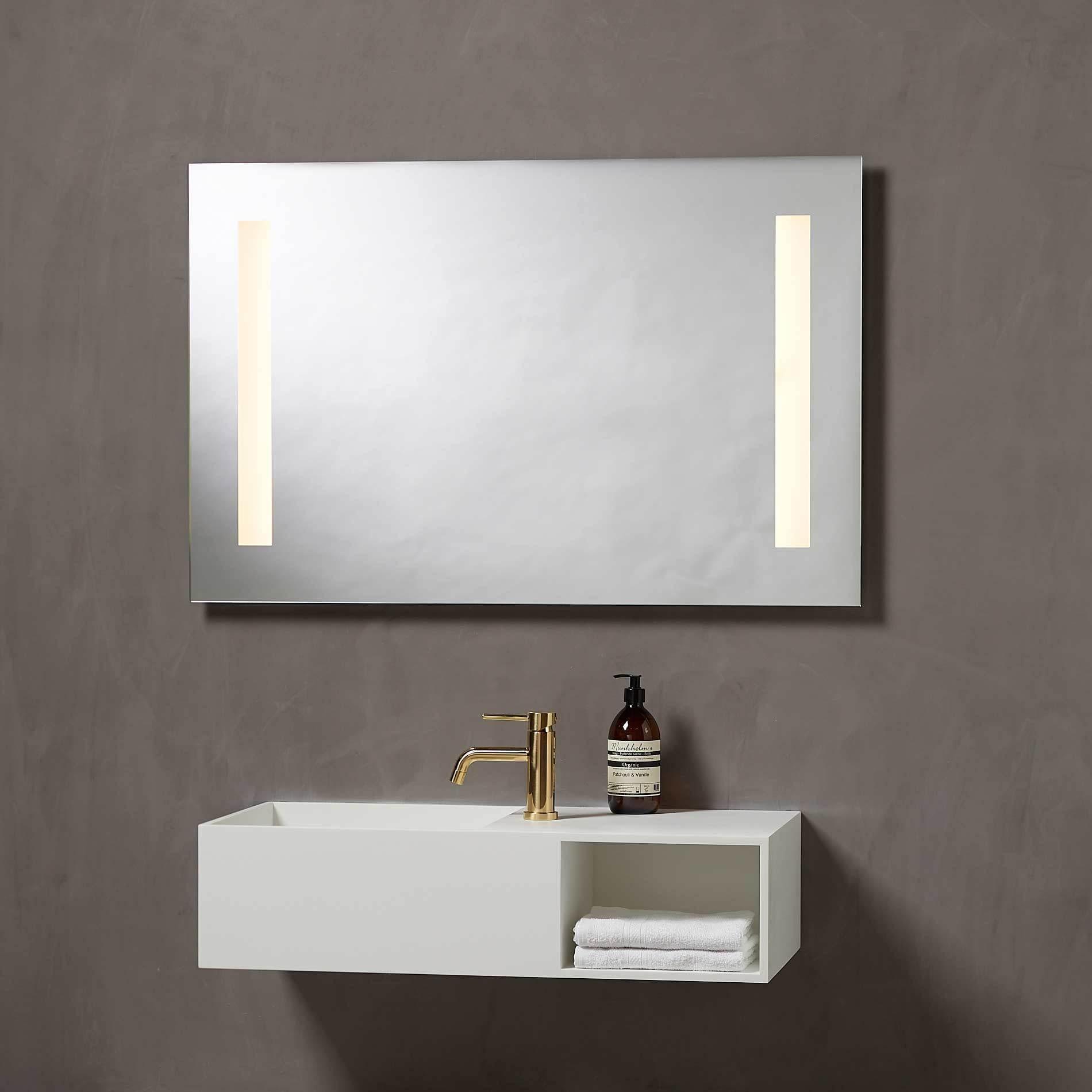 Baderomsspeil med LED lys og stikk